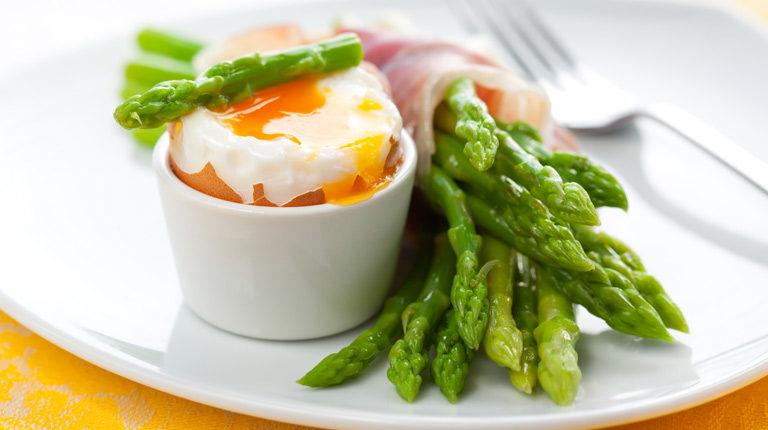 Šparoge s jajima i slaninom